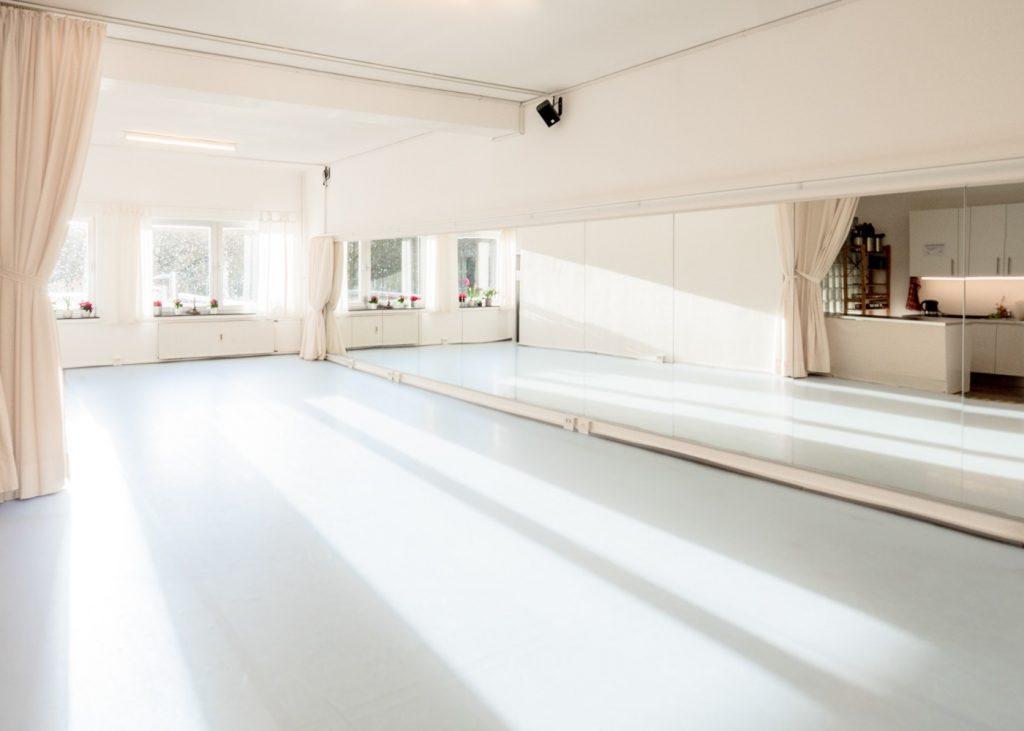 Lichtdurchfluteter Tanzsaal